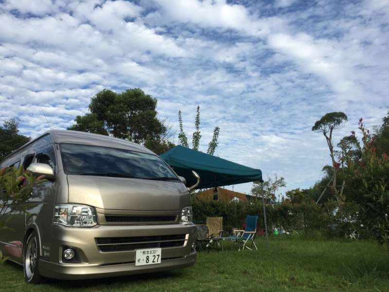 ハイエースシンプルキャンパーに遊び道具を積み込んで海辺のキャンプ場で車中泊!