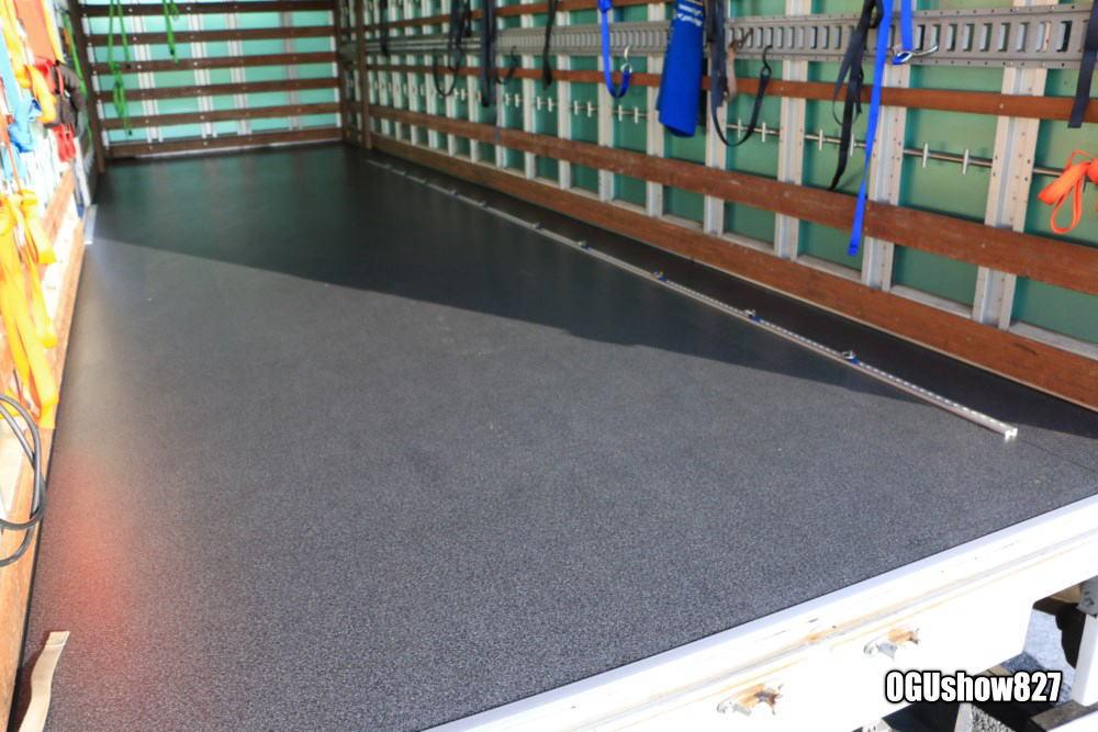 4tトラックに床貼り加工 バイク固定用ワンタッチレール取付