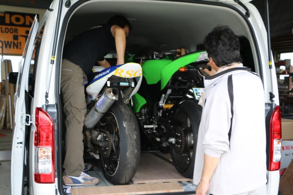 ハイエースSGLワイドミドルルーフ オンロードバイク積載トランポ製作打ち合わせ中