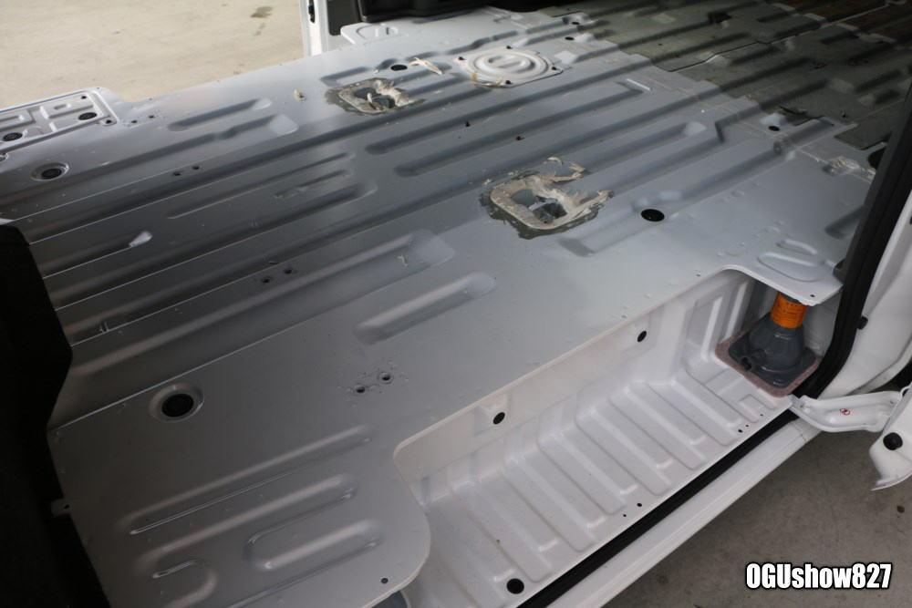 長崎よりNV350キャラバンバイクトランポ 床貼り加工のためオグショー827へ入庫!