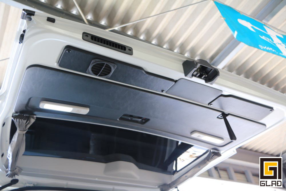 ハイエース GLADコンプリートMOTO ステップベッド モトボックス スイングトレー付のバイク積載トランポ仕様
