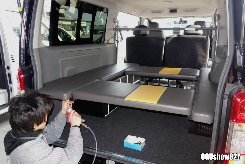 熊本よりNV350キャラバンプレミアムGXへサイドテーブル付きのGLAD Gブロックベッド取付ファミリーキャンプにもおすすめ