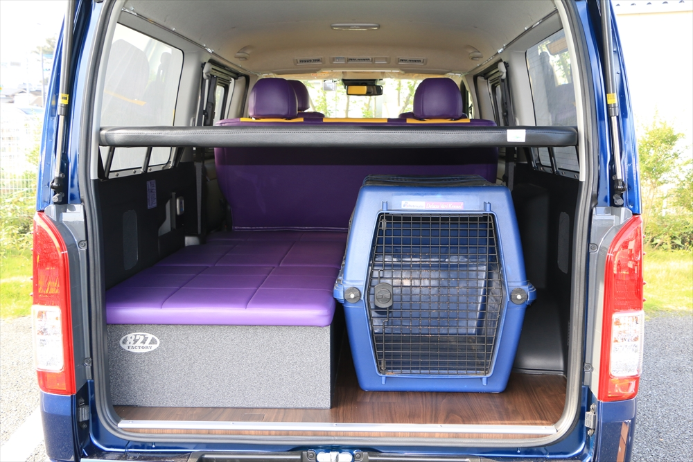 大型ケージを積んだままベッド展開車中泊