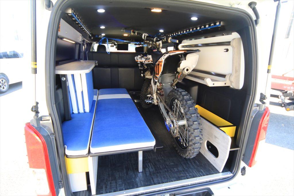 バイクも積める片面跳ね上げベッドコンテナベッド搭載!バイクトランポ
