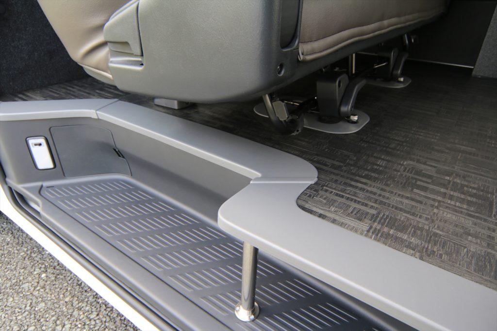 ハイエース跳ね上げベッド搭載バイクトランポ 床貼り加工
