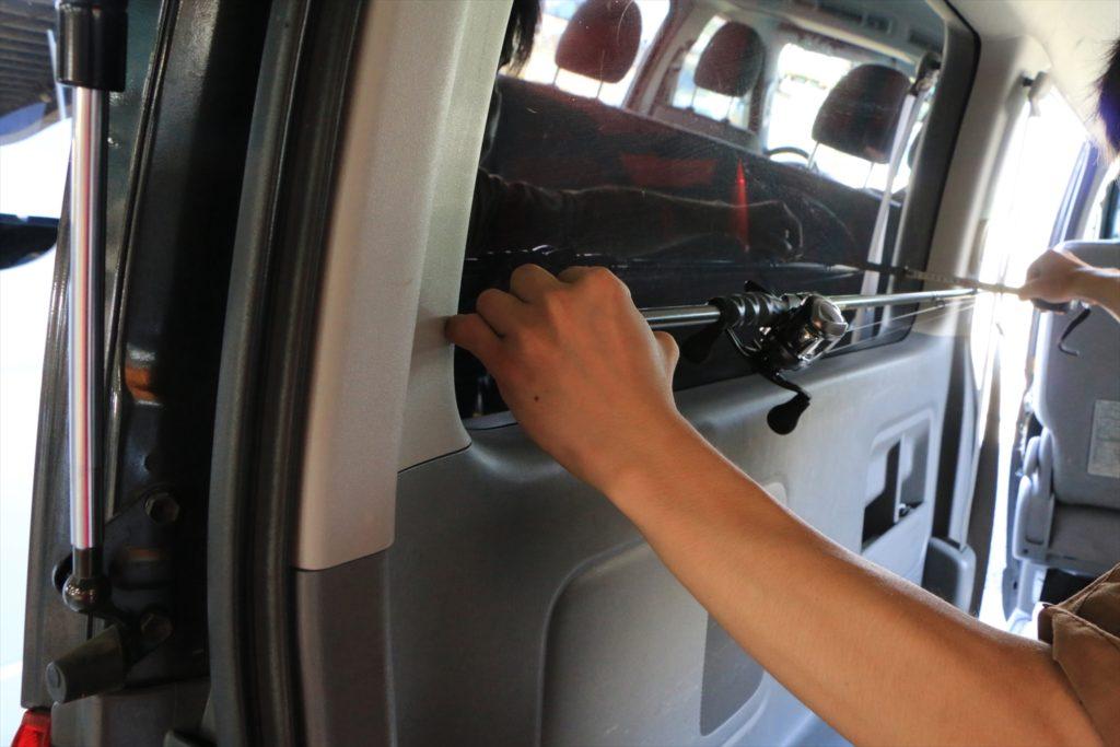 ハイエース窓埋めパネルのイージーウィンドパネルにロッドホルダーを加工取付