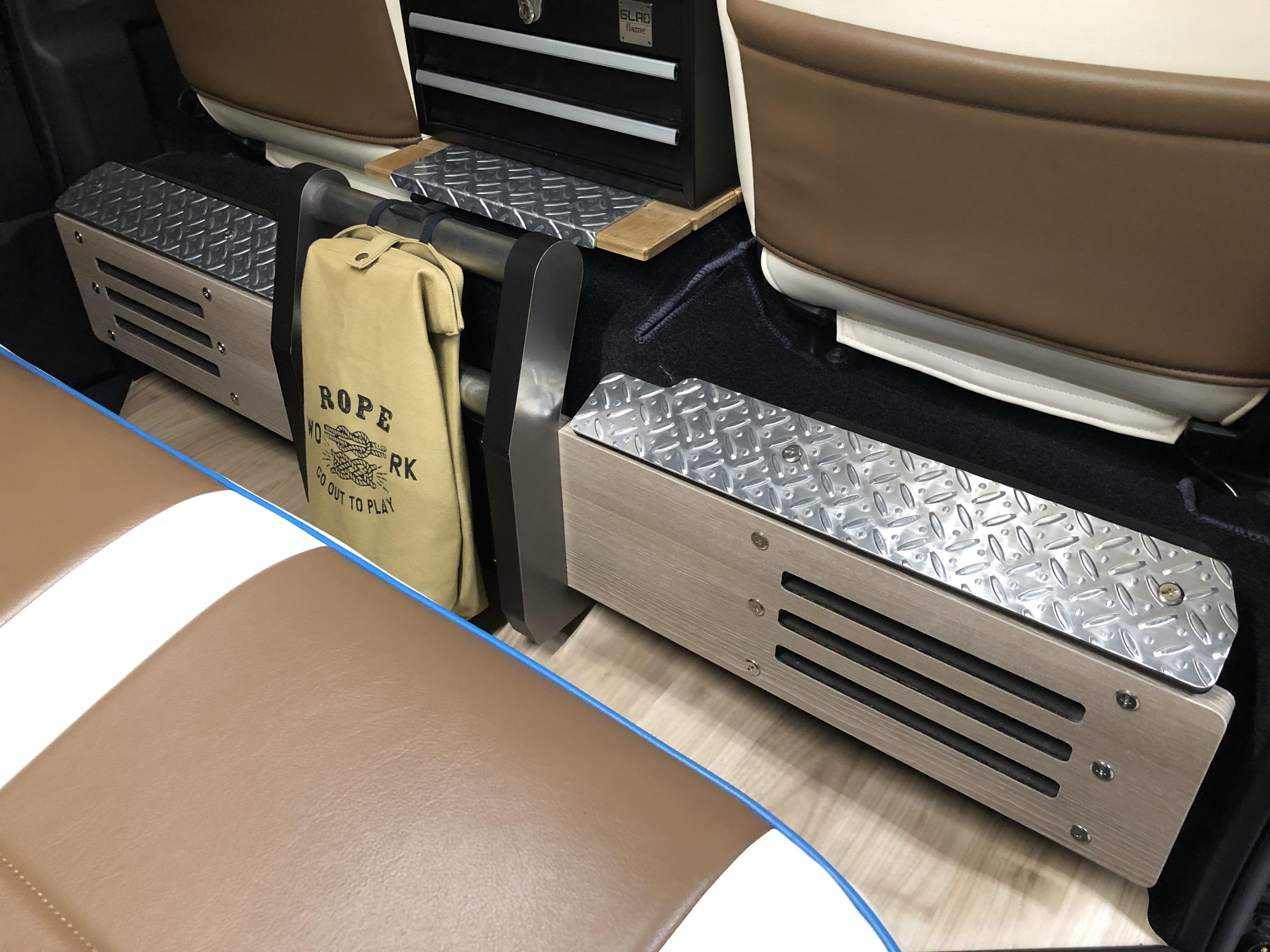 GLADフットレストパネル ハイエース 足載せ スピーカー内蔵 テーブル